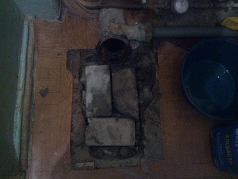 фотография заделка дыры под унитазом